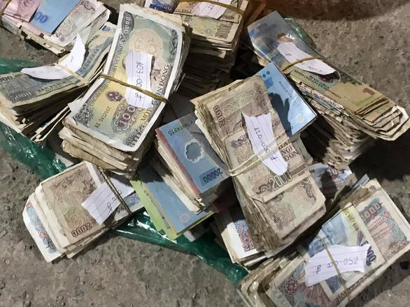 Một người tự nhận đàn em thu tiền cho vợ chồng Loan cá ra đầu thú - Ảnh 3.