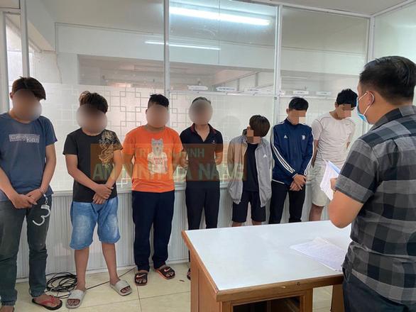 10 thanh thiếu niên đập cửa kính 15 xe hơi để trộm cắp - Ảnh 1.