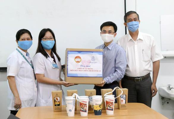 Công ty Minh Long I tặng 3.000 ly sứ mang thông điệp phòng, chống COVID-19 cho y, bác sĩ - Ảnh 1.