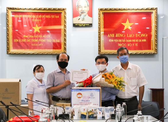 Công ty Minh Long I tặng 3.000 ly sứ mang thông điệp phòng, chống COVID-19 cho y, bác sĩ - Ảnh 3.