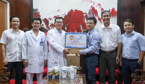 Công ty Minh Long I tặng 3.000 ly sứ mang thông điệp phòng, chống COVID-19 cho y, bác sĩ - Ảnh 2.