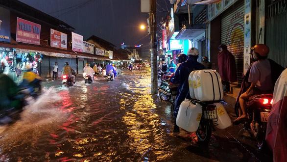 Sài Gòn mưa gió lớn, người dân qua rốn ngập lội nước mệt nghỉ - Ảnh 2.