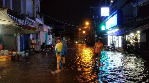 Sài Gòn mưa gió lớn, người dân qua rốn ngập lội nước mệt nghỉ - Ảnh 4.