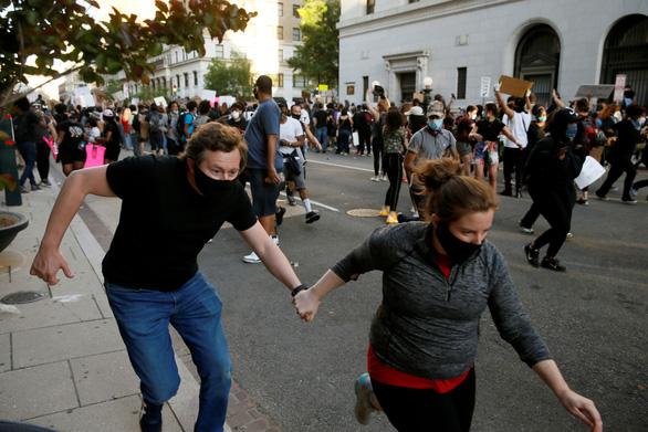 Xe bồn lao thẳng vô người biểu tình Mỹ, tài xế bị đám đông lôi ra đánh đập - Ảnh 1.