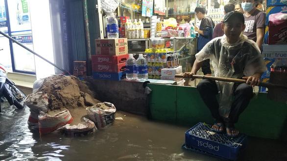 Sài Gòn mưa gió lớn, người dân qua rốn ngập lội nước mệt nghỉ - Ảnh 3.