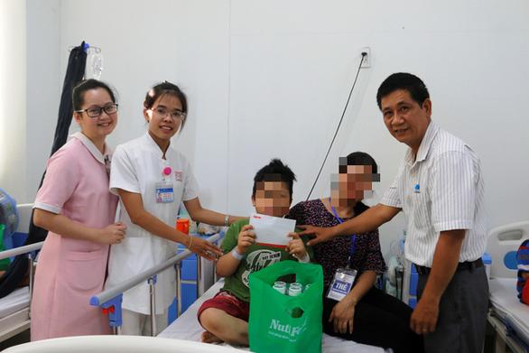 Phó chủ tịch nước Đặng Thị Ngọc Thịnh tặng sữa cho thiếu nhi Quảng Nam - Ảnh 2.
