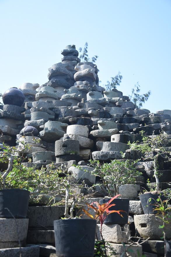 Bức tường làm từ 1.000 cối đá thành điểm check-in độc đáo - Ảnh 6.