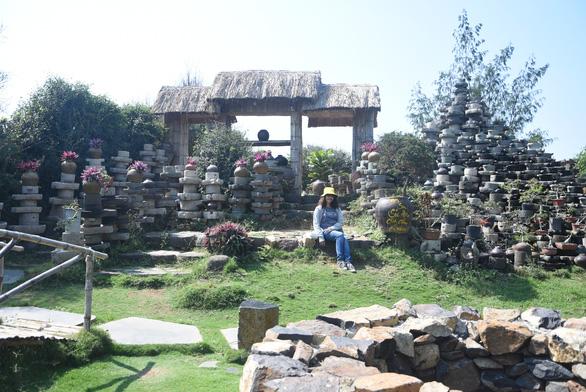 Bức tường làm từ 1.000 cối đá thành điểm check-in độc đáo - Ảnh 1.