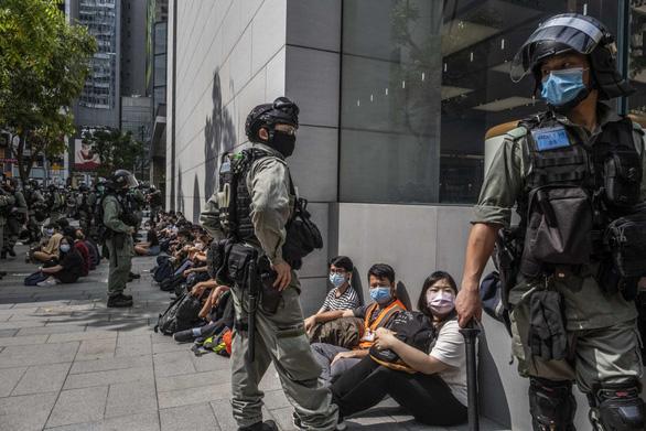 Nhiều người Hong Kong tính bỏ xứ vì dự luật an ninh của Trung Quốc - Ảnh 2.