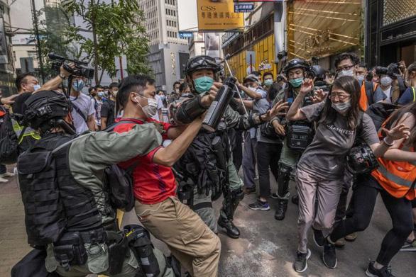 Nhiều người Hong Kong tính bỏ xứ vì dự luật an ninh của Trung Quốc - Ảnh 1.
