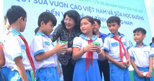 Phó chủ tịch nước Đặng Thị Ngọc Thịnh tặng sữa cho thiếu nhi Quảng Nam - Ảnh 1.