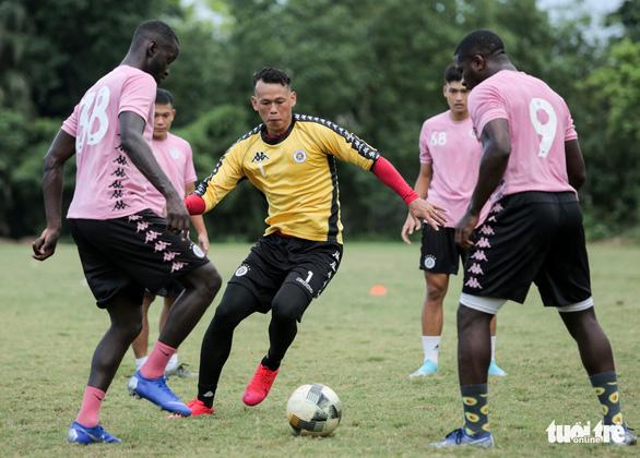Thủ môn Tấn Trường tiết lộ đến Hà Nội FC sau cuộc gọi của Trần Tiến Anh - Ảnh 3.