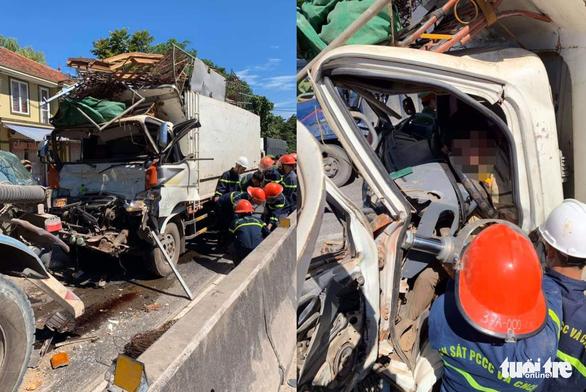 Giải cứu tài xế mắc kẹt trong cabin sau cú tông xe bồn - Ảnh 1.