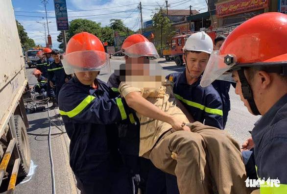 Giải cứu tài xế mắc kẹt trong cabin sau cú tông xe bồn - Ảnh 2.