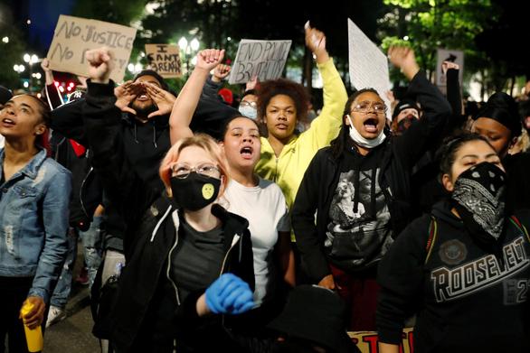 Chủ nhật nước Mỹ 20.000 ca COVID-19 mới, số bệnh còn tăng vì biểu tình? - Ảnh 1.