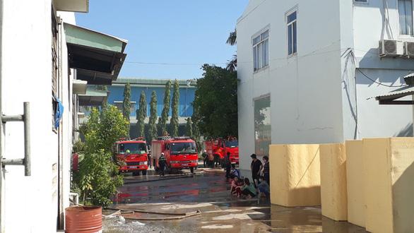 Lại cháy lớn ở Công ty may Sài Gòn Max, hơn 300m2 nhà máy bị thiêu rụi - Ảnh 2.