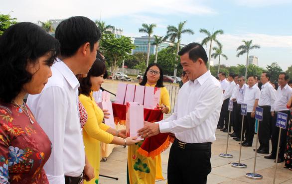 Bà Rịa - Vũng Tàu biểu dương công chức tiêu biểu trong lễ chào cờ hằng tháng - Ảnh 1.