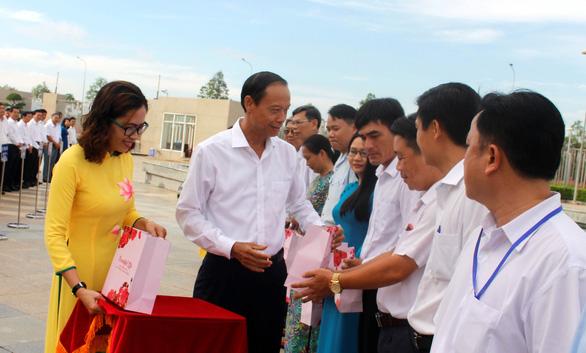 Bà Rịa - Vũng Tàu biểu dương công chức tiêu biểu trong lễ chào cờ hằng tháng - Ảnh 2.