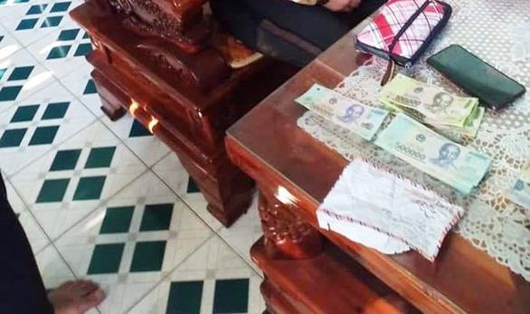 Bắt người phụ nữ đem tiền giả đến chợ mua hàng hóa để đổi tiền thật - Ảnh 2.