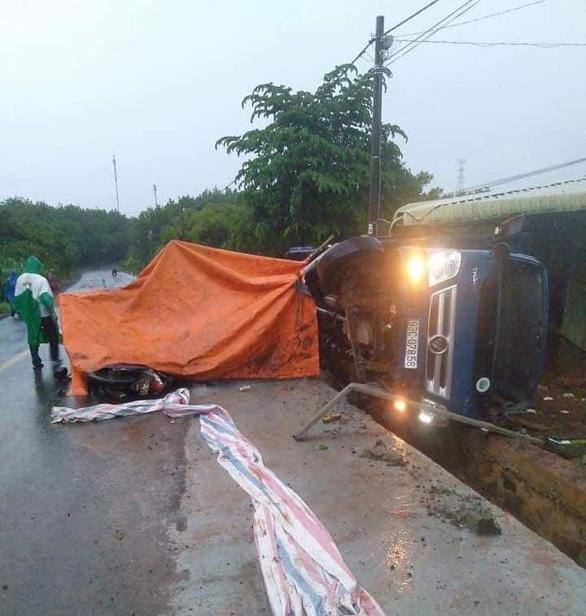 Xe tải tông nhóm công nhân đang thi công đường, 1 người chết - Ảnh 1.
