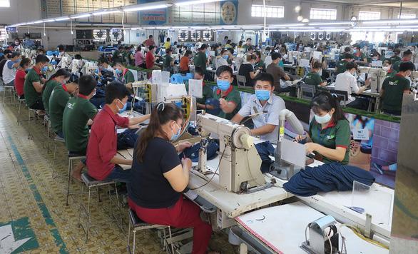 'Tăng trưởng kinh tế 2020 của VN dự báo thấp nhất trong vòng vài chục năm - Ảnh 2.