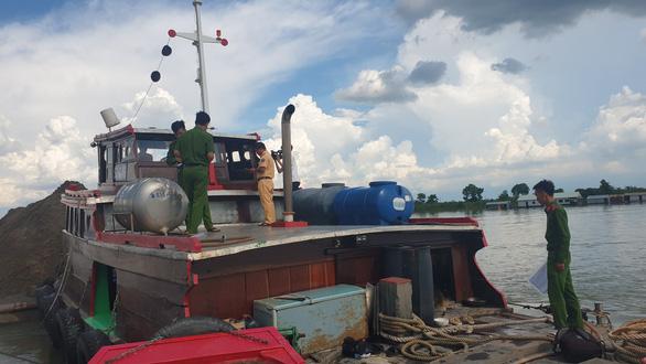 Bắt quả tang Công ty thủy sản Vĩnh Long khai thác cát trái phép trên sông Tiền - Ảnh 1.