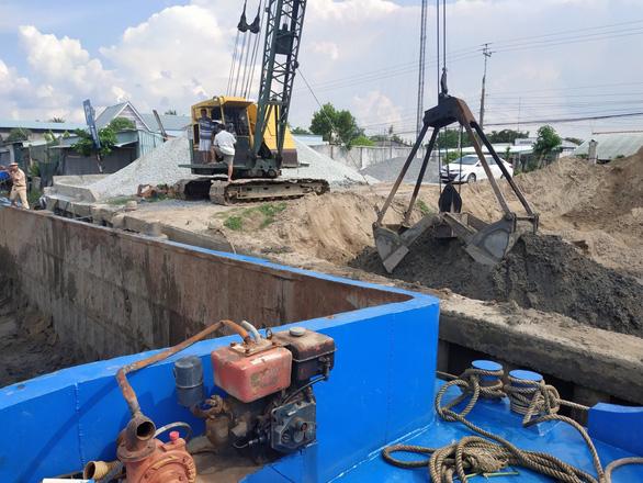 Bắt quả tang Công ty thủy sản Vĩnh Long khai thác cát trái phép trên sông Tiền - Ảnh 2.