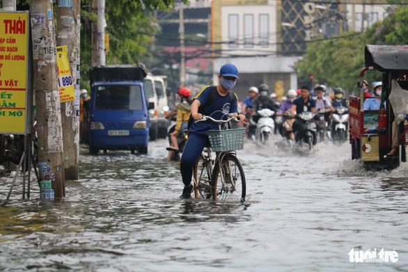 TP.HCM: Mưa như trút nước, người dân lại bì bõm lội - Ảnh 6.