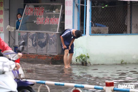TP.HCM: Mưa như trút nước, người dân lại bì bõm lội - Ảnh 10.