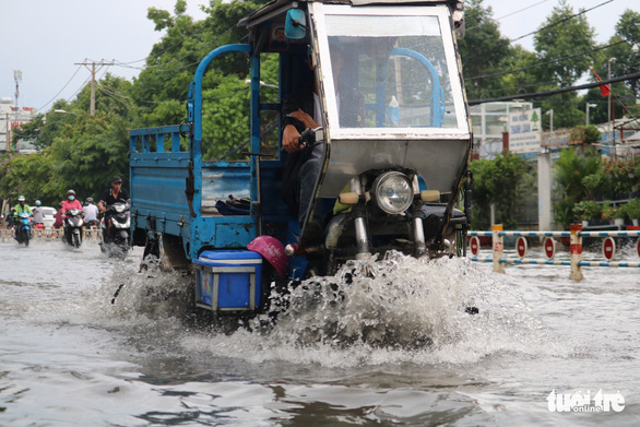 TP.HCM: Mưa như trút nước, người dân lại bì bõm lội - Ảnh 9.