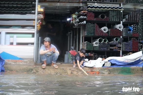 TP.HCM: Mưa như trút nước, người dân lại bì bõm lội - Ảnh 5.