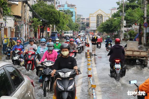 TP.HCM: Mưa như trút nước, người dân lại bì bõm lội - Ảnh 7.