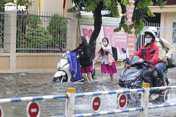 TP.HCM: Mưa như trút nước, người dân lại bì bõm lội - Ảnh 2.