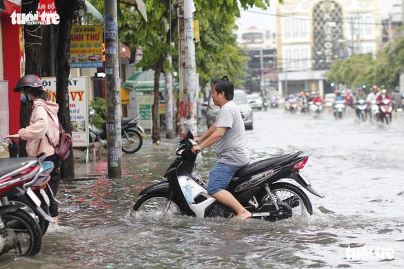 TP.HCM: Mưa như trút nước, người dân lại bì bõm lội - Ảnh 3.