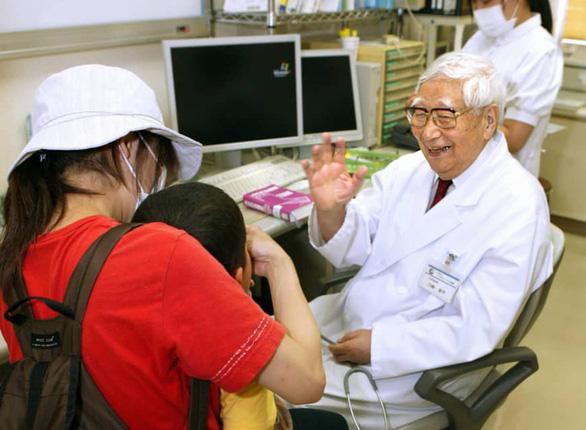 Bác sĩ nhi người Nhật tìm ra bệnh hiếm gặp Kawasaki qua đời ở tuổi 95 - Ảnh 1.