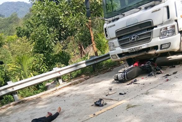 Xe máy đối đầu với xe tải trên quốc lộ 40B, 2 người chết - Ảnh 1.