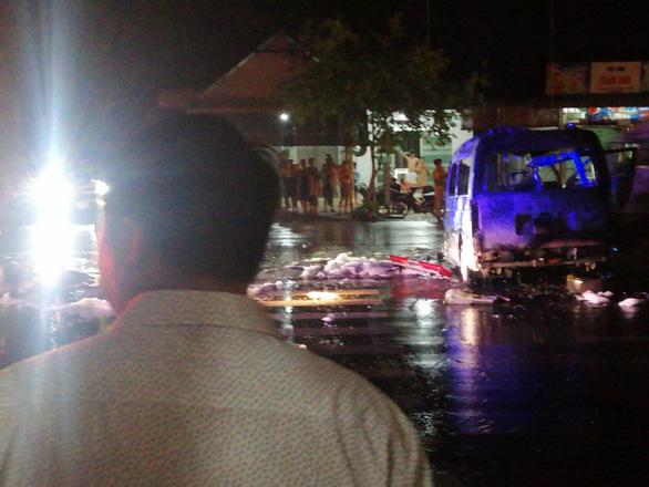 Xe cấp cứu lao vào dải phân cách cháy ngùn ngụt, 7 người bị thương nặng - Ảnh 2.