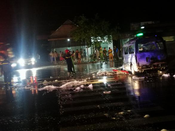 Xe cấp cứu lao vào dải phân cách cháy ngùn ngụt, 7 người bị thương nặng - Ảnh 1.