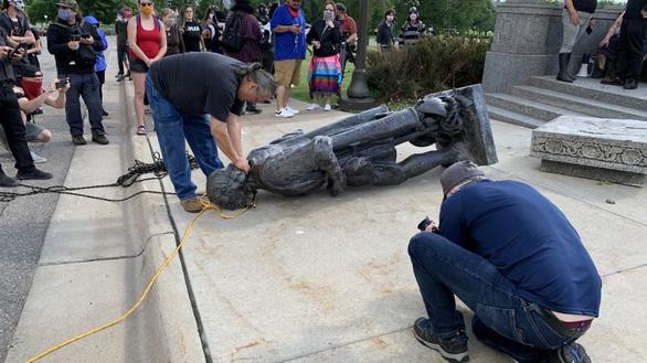 3 tượng nhà thám hiểm Columbus bị giật sập trong biểu tình Mỹ - Ảnh 1.