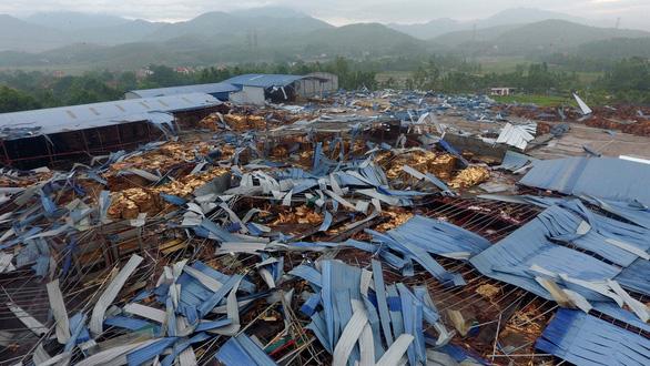Lốc xoáy sập xưởng gỗ, công nhân phủ rác lên người để tránh tôn cứa - Ảnh 15.