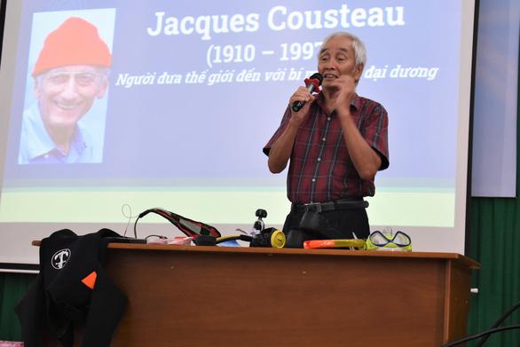 Sinh viên tưởng nhớ nhà hải dương học Jacques Cousteau - Ảnh 1.
