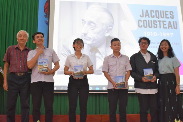 Sinh viên tưởng nhớ nhà hải dương học Jacques Cousteau - Ảnh 3.