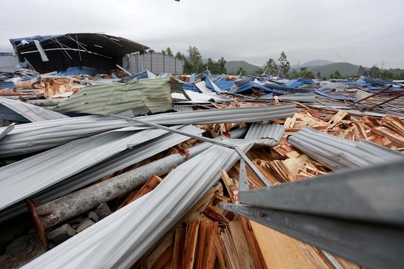 Lốc xoáy sập xưởng gỗ, công nhân phủ rác lên người để tránh tôn cứa - Ảnh 10.