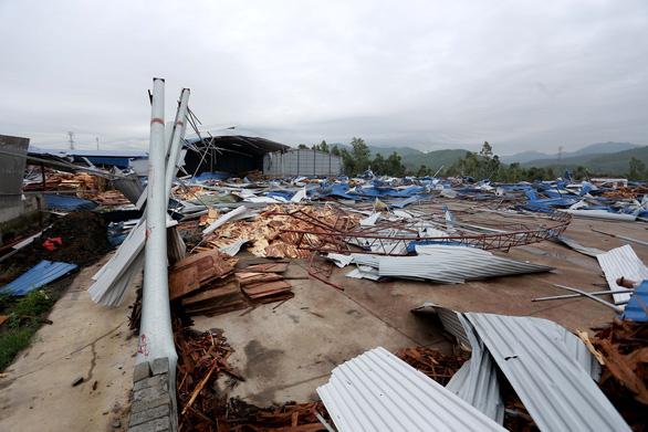 Lốc xoáy sập xưởng gỗ, công nhân phủ rác lên người để tránh tôn cứa - Ảnh 13.