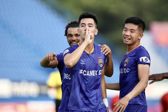 Khoảnh khắc Tiến Linh solo đẳng cấp rồi ghi bàn thắng đầu tiên tại V-League 2020 - Ảnh 2.