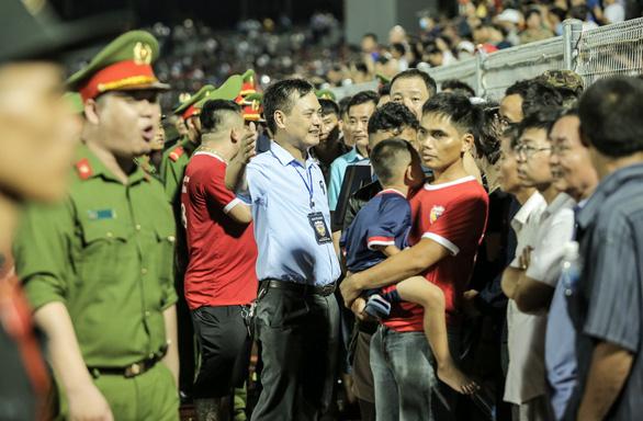 HLV Phạm Minh Đức nói về sự cố sân Hà Tĩnh: Tại sao khán giả không có vé vẫn cho vào? - Ảnh 2.