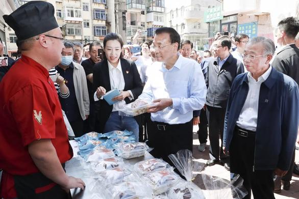 Thủ tướng Trung Quốc gây tranh cãi vì kêu dân thất nghiệp bán hàng rong - Ảnh 1.