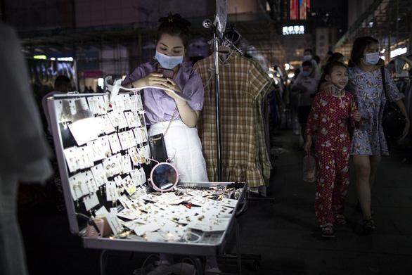 Thủ tướng Trung Quốc gây tranh cãi vì kêu dân thất nghiệp bán hàng rong - Ảnh 2.