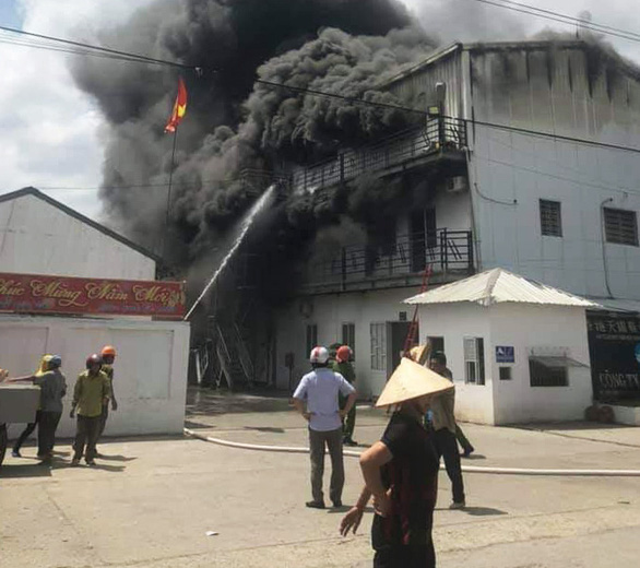 Cháy lớn xưởng sản xuất giày da tại Hải Phòng - Ảnh 1.