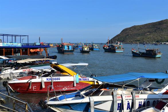 Bến tàu du lịch mới ở Nha Trang... lộn xộn - Ảnh 2.